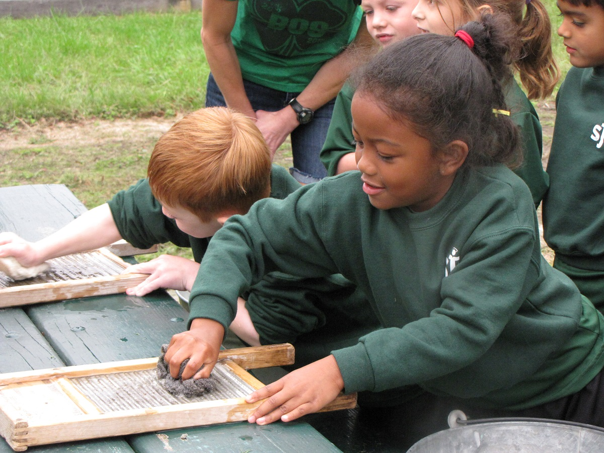 Students using washboards at Frying Pan Farm Park
