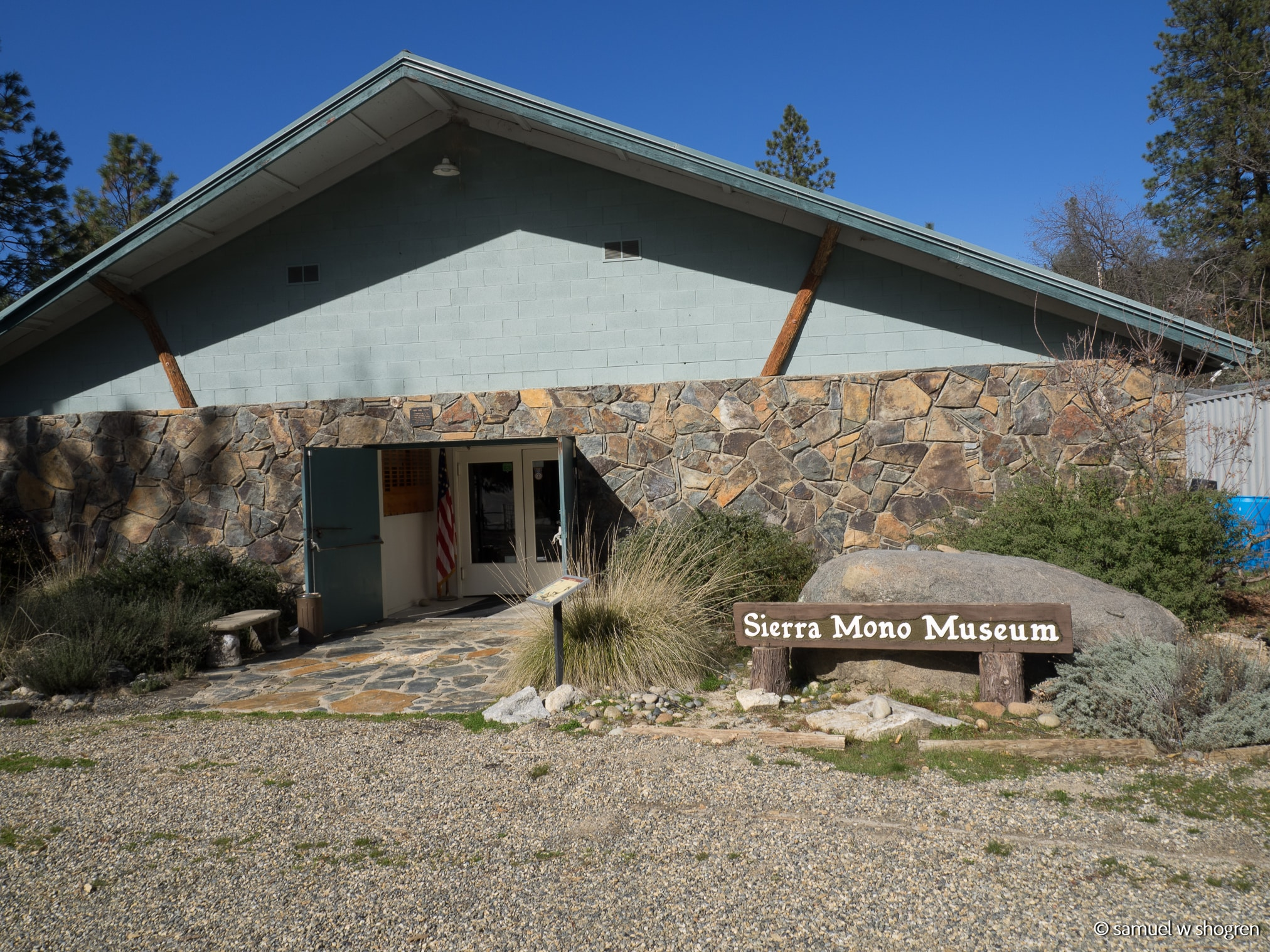 An exterior shot of the small, cinderblock Sierra Mono Museum.